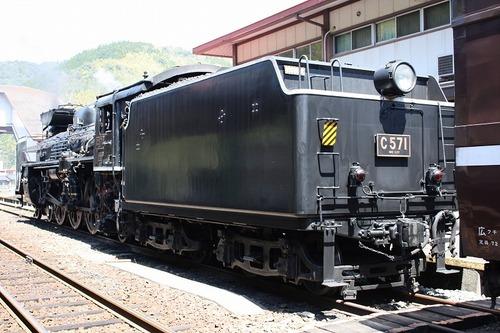 客車と切り離されたC57