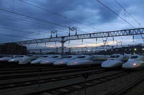 夜明間近の新幹線