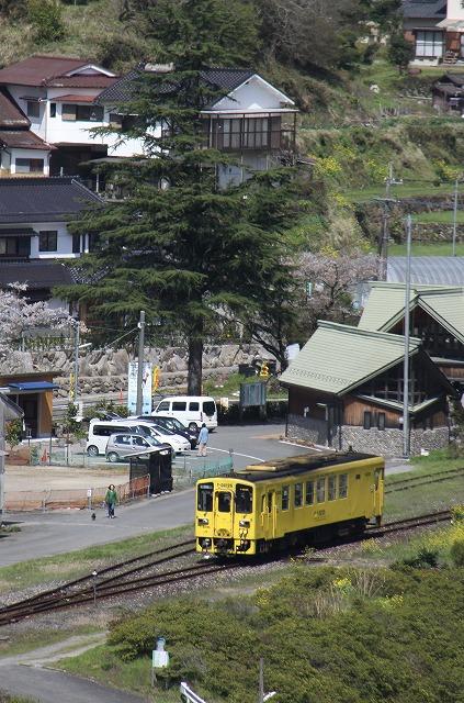 筑前岩屋駅を出たDC125